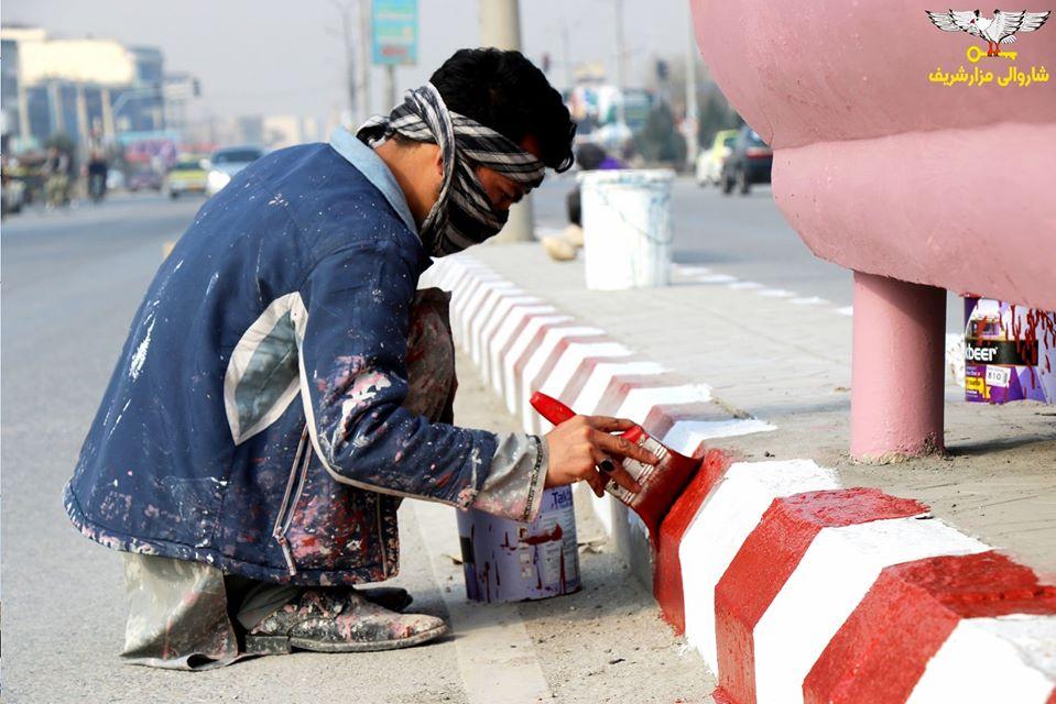 رهبری شاروالی مزارشریف برای ایجاد فضای پاک و منظم مصمم است از اینرو روند رنگمالی بخشهای مختلف شهر در آستانه سالنو جریان دارد.