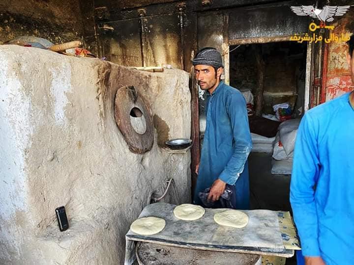 پروسه توزیع آرد برای خبازیها و نان خشک برای خانوادههای مستحق بهگونه منظم در نواحی دوازدهگانه شهرمزارشریف جریان دارد؛ آمرین نواحی، موظفین و کارمندان شاروالی شبانه روزی از این پروسه نظارت میکنند. مزارشریف - شنبه ۲۰ ثور سال ۱۳۹۹ خورشیدی